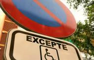 L'Ajuntament retira la paraula minusvàlids dels senyals d'aparcament per a persones amb mobilitat reduïda