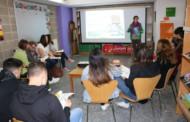 Una quinzena de joves participen en una xerrada per buscar feina a l'estiu