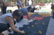 L'Asociación Rociera es va encarregar ahir de confeccionar la catifa de Corpus