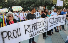 Centenars de persones, en contra de la violència policial de l'1-O