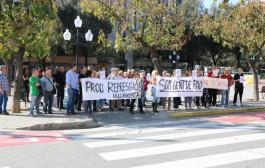 Un grup de persones protesten a la Llagosta per l'empresonament dels presidents de l'ANC i d'Òmnium Cultural