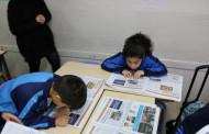 Els alumnes de quart de l'Escola Gilpe reben exemplars del 08centvint de febrer