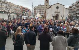 Veïnes i veïns de la Llagosta es concentren a la plaça d'Antoni Baqué en suport a la vaga