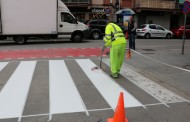 L'Ajuntament repinta diversos passos de vianants amb pintura antilliscant