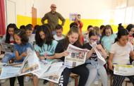 L'alumnat de quart de l'Escola Les Planes rep exemplars del 08centvint de maig