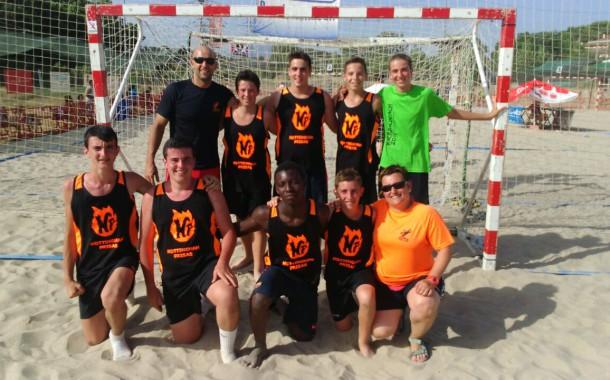 Dos llagostencs guanyen el torneig d'handbol platja de la Roca en categoria infantil