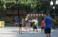 Una seixantena de joves participen en la jornada d'handbol al carrer