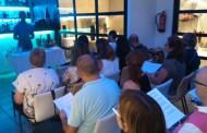 Una quinzena de persones aprenen a fer còctels amb la Biblioteca de la Llagosta