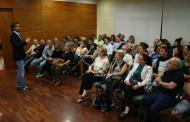 La Sala de Plens es va omplir de comerciants per escoltar Victor Küppers