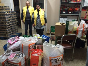 Dos voluntaris de Rems, amb la donació.
