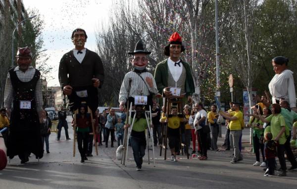 La 2a Cursa de Gegants de la Llagosta omple de gent el carrer de l'Estació