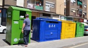 Una persona fent servir un dels contenidors. Fotografia: Humana.