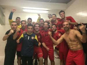 Celebració de la primera victòria de la plantilla del Joventut Handbol. Fotografia: Twitter JH la Llagosta.