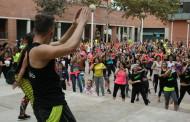 La Zumba Gegant aplega més de 400 persones a la plaça de la Sardana