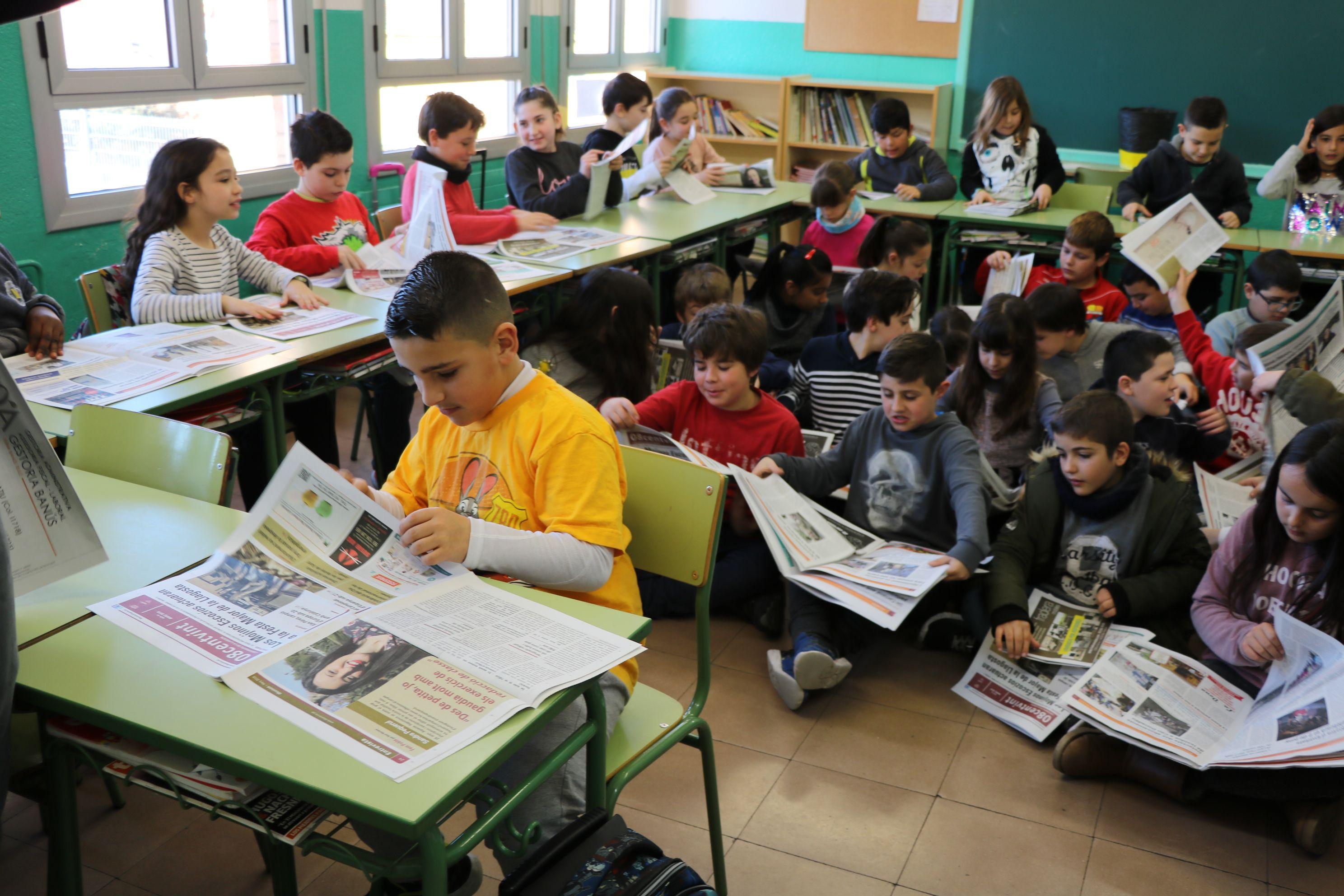 L'alumnat de quart de l'Escola Safa rep exemplars del 08centvint de març