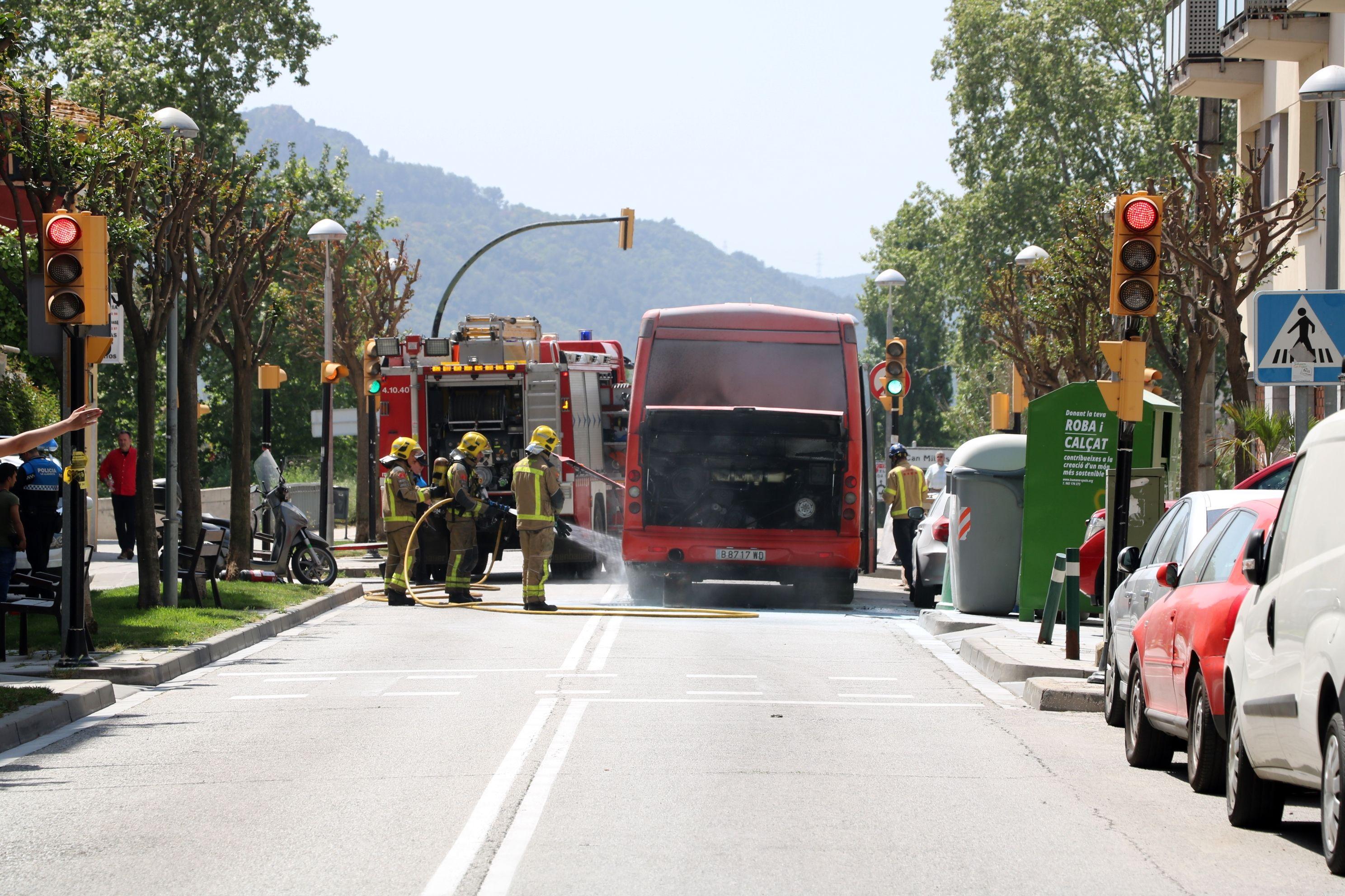 Un autobús de línia de l'empresa Sagalés pateix un incendi a la Llagosta