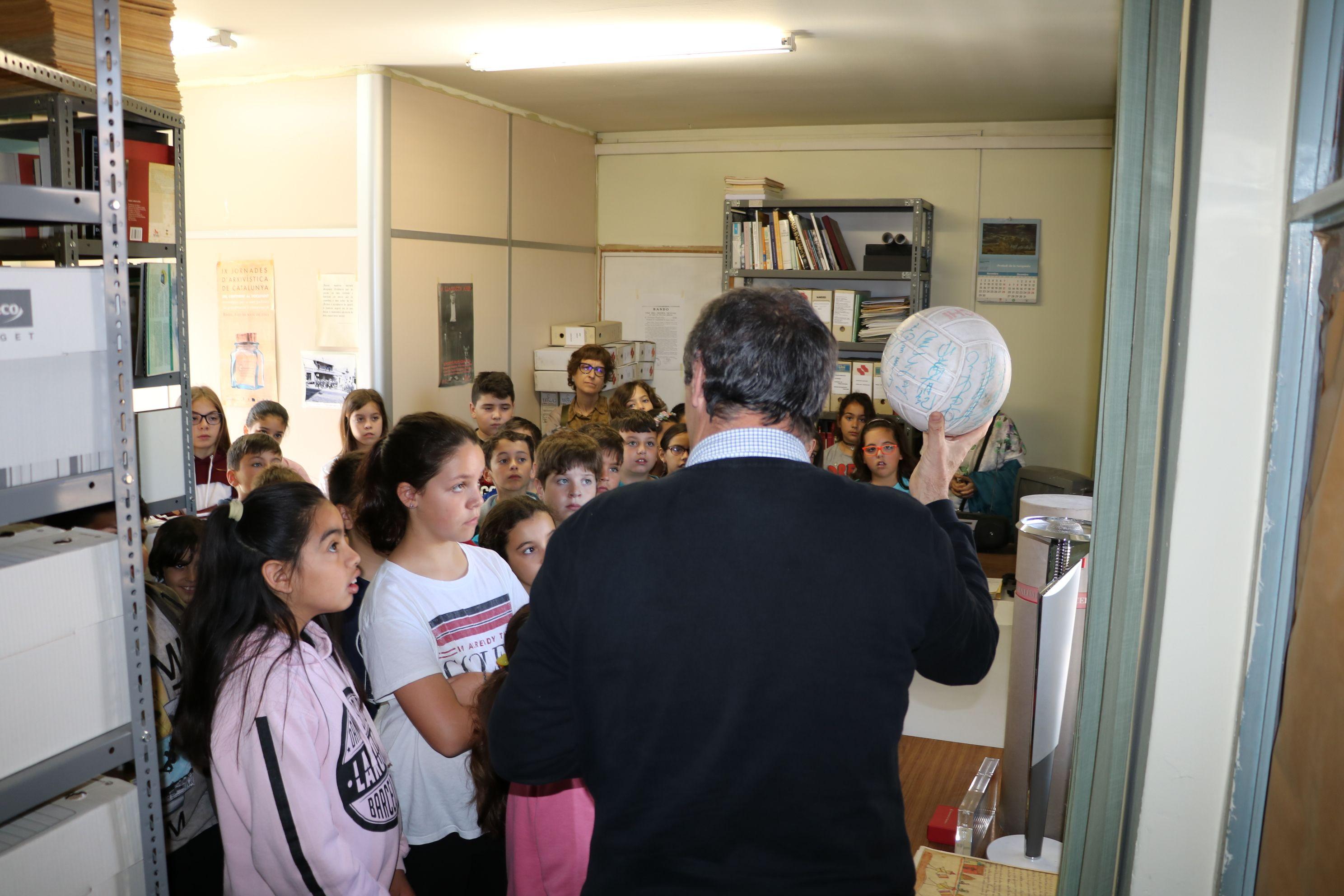 Els estudiants de quart de Primària de l'Escola Joan Maragall han visitat avui l'Ajuntament