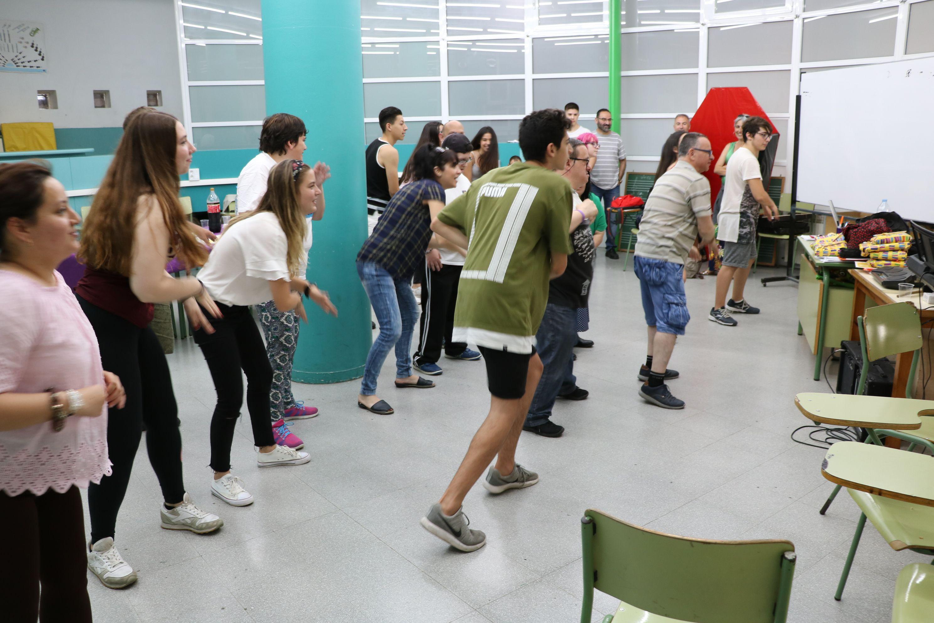 Joves fan de voluntaris a Aspayfacos en un programa pilot de l'Institut Marina