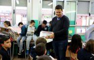 L'alumnat de quart de l'Escola Safa rep exemplars del 08centvint de febrer
