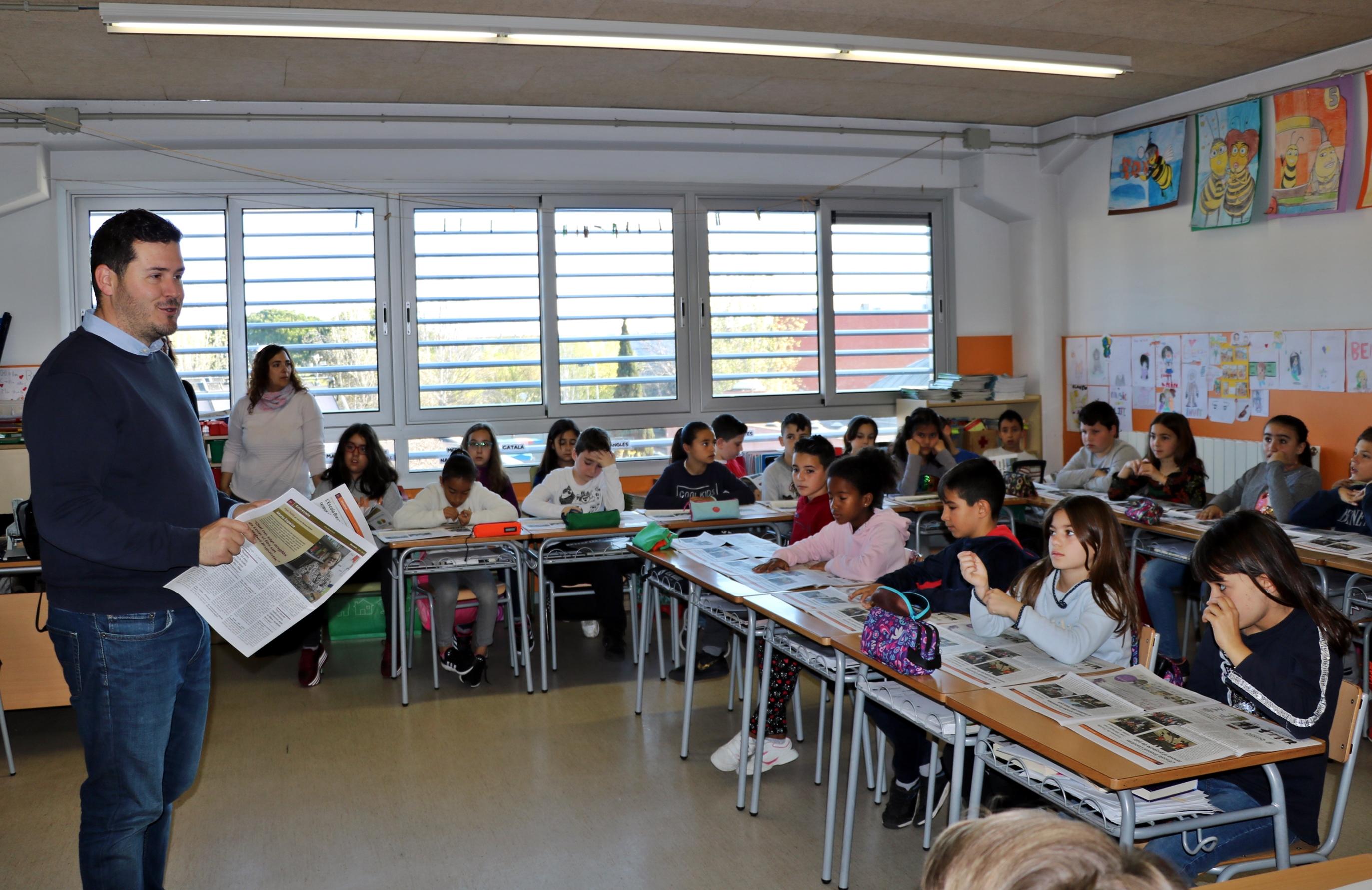 L'alumnat de quart de l'Escola Joan Maragall rep exemplars del 08centvint d'abril