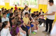 L'alcalde porta el 08centvint a alumnes de l'Escola Les Planes