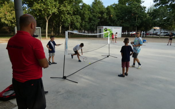 Se celebra la primera jornada d'esports alternatius al carrer amb partits de bàdminton
