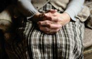 L'Ajuntament aprova una guia per fer front als maltractaments a les persones grans
