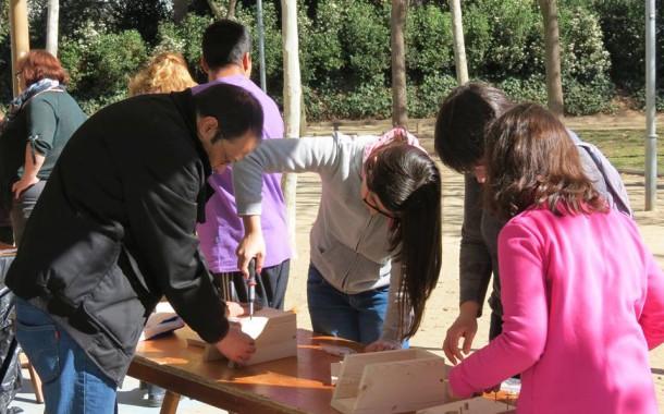 La Llagosta + Activa fa un taller de construcció de caixes niu