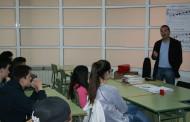 L'alcalde, Alberto López, participa en una tertúlia amb alumnes de l'Institut Marina
