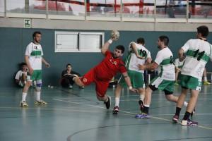 Un jugador llagostenc fent un llençament en el partit anterior contra el Bordils C. Fotografia JH la Llagosta.