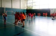Mini partits d'handbol i gimcana en l'acte de cloenda de temporada del JH la Llagosta