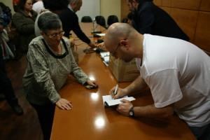 L'autor signant un llibre.