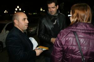 Xavier Cols, regidor d'ERC a l'Ajuntament de la Llagosta (esquerra) i Manel Bueno, candidat número 8 ERC per Barcelona (centre), amb una ciutadana.