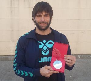 Antonio García posa amb la seva medalla a la Llagosta.