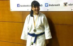 Naiara González amb la medalla de bronze. Fotografia: Club Judo Karate la Llagosta.