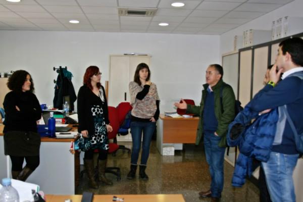 Àlvarez(segon per la dreta) parlant amb treballadores municipals