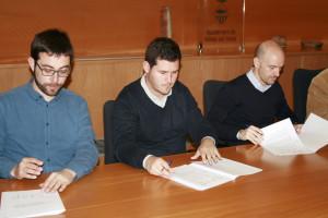 Alcalde firmando