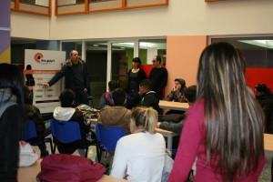 Alumnes de 4t d'ESO de l'Institut Marina visitant la mostra.
