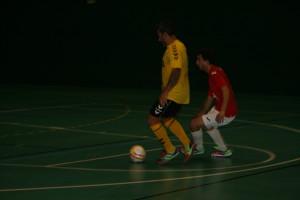 Juan Carlos controla una pilota davant d'un jugador del Porqueres.