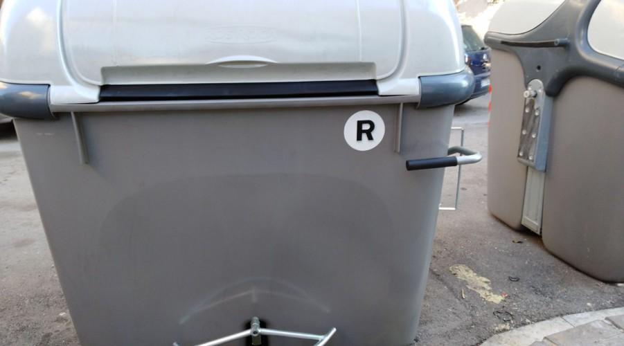 L'Ajuntament instal·la cinc contenidors d'escombraries adaptats per a persones amb mobilitat reduïda