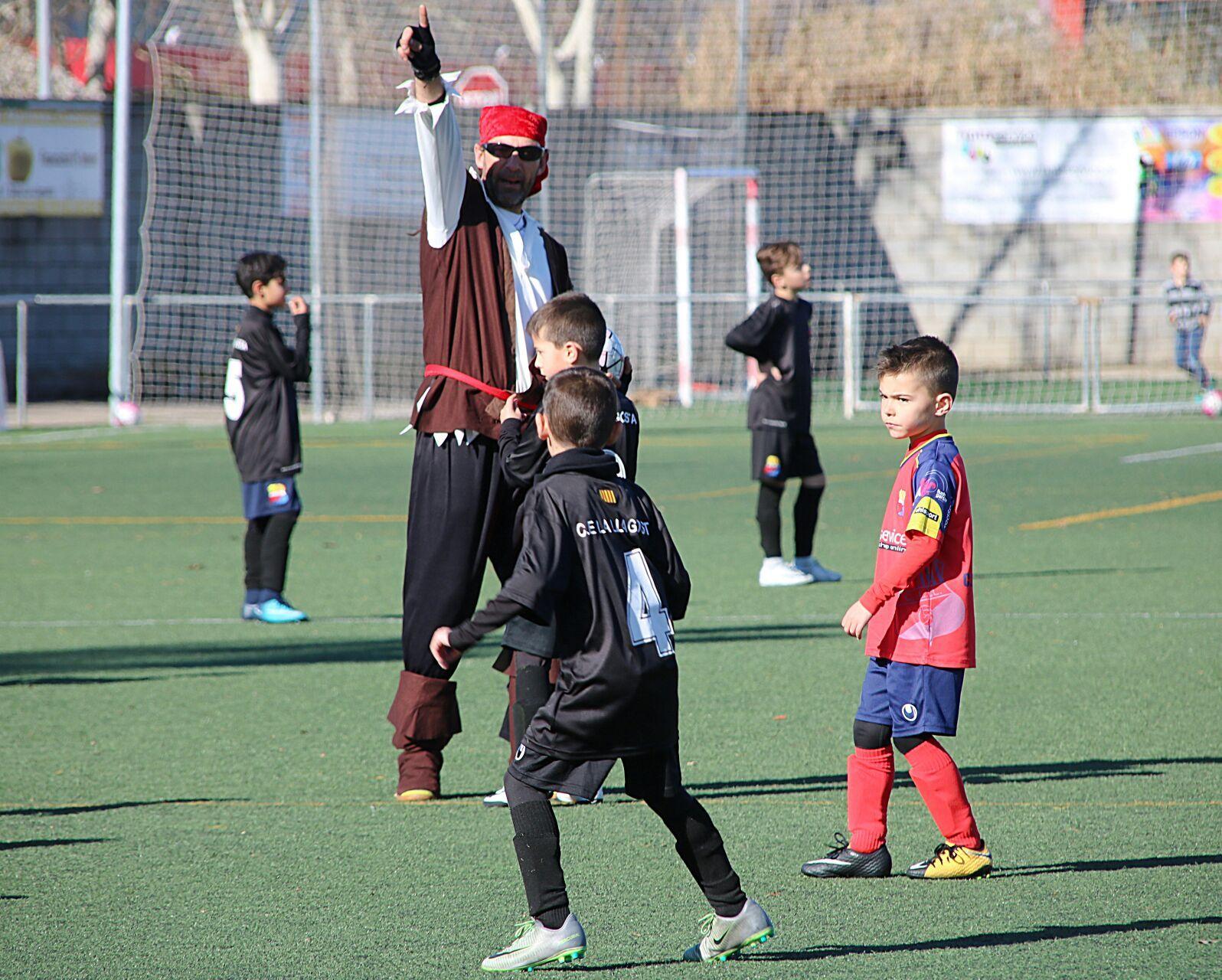 Una trentena de pares i mares fan d'àrbitre en una jornada de valors en futbol base del CE la Llagosta