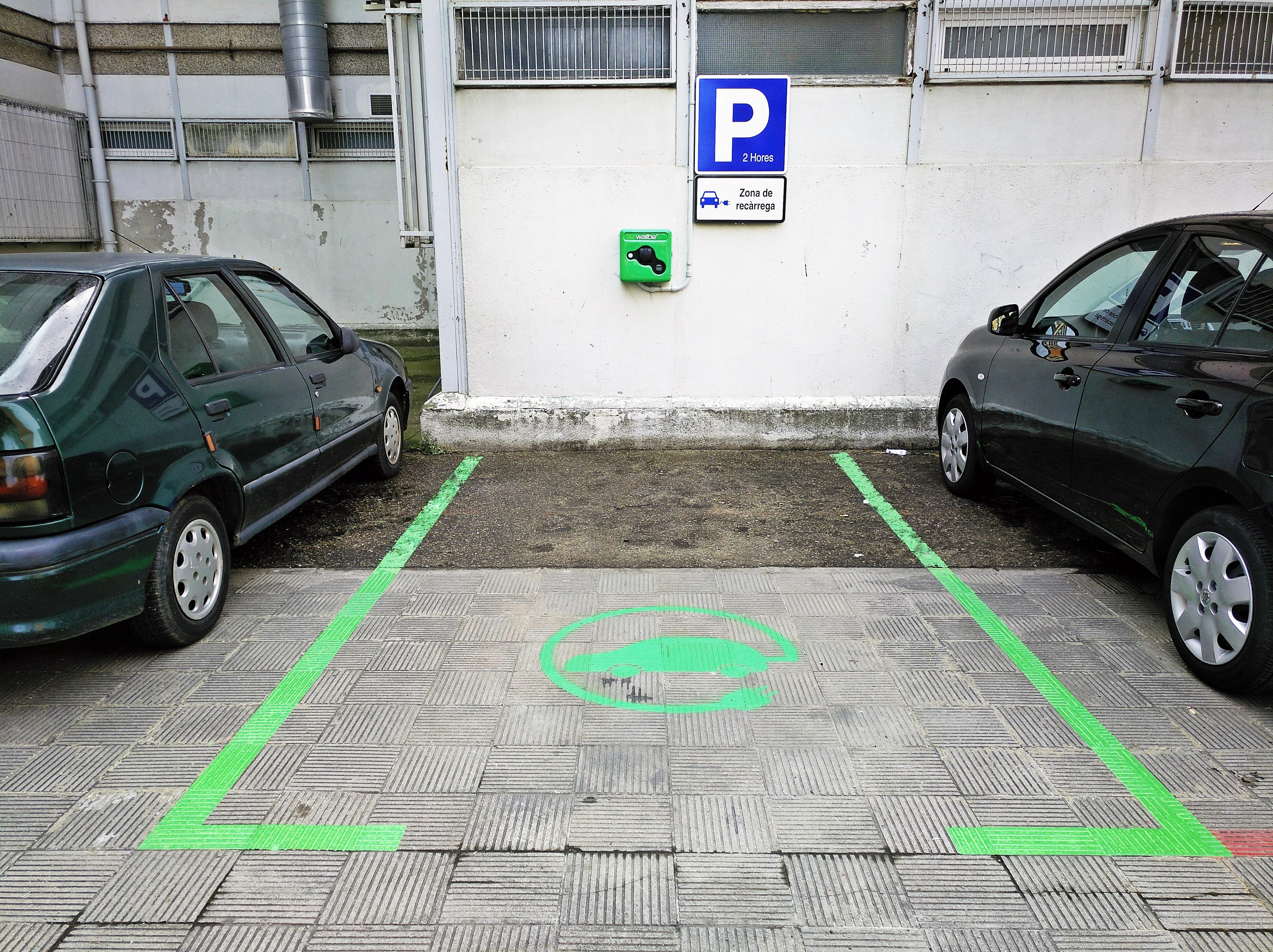 Els vehicles elèctrics de la Llagosta ja tenen un punt de recàrrega