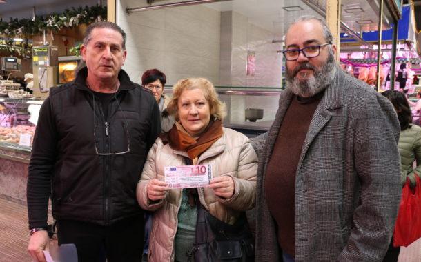 El Mercat Municipal ha sortejat avui 2.200 euros per celebrar el seus 40 anys