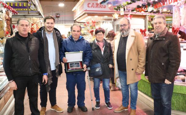 L'alcalde lliura una placa pels 40 anys del Mercat