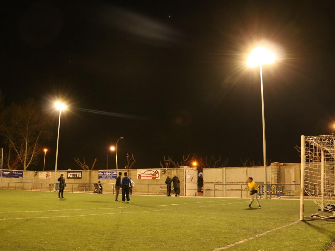 Ja s'han instal·lat els llums del camp de futbol 7