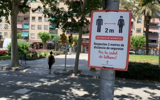 L'Ajuntament penja cartells informatius per recordar la distància de dos metres de seguretat entre les persones
