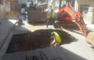 Tallat el carrer d'Anselm Clavé pel trencament d'un col·lector